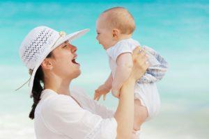 hulp bij postnatale depressie gelukkige moeder