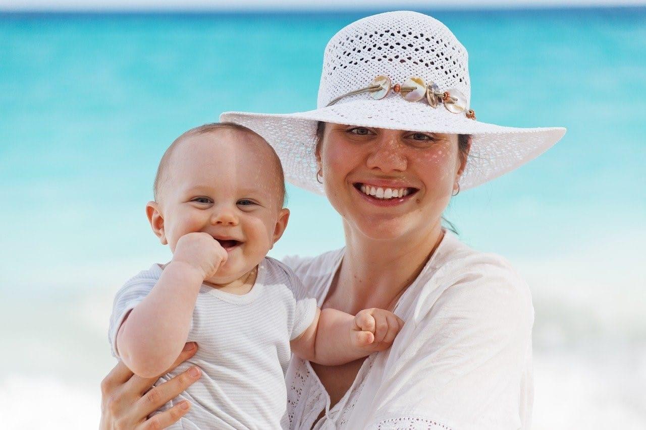 blije moeder met blije baby